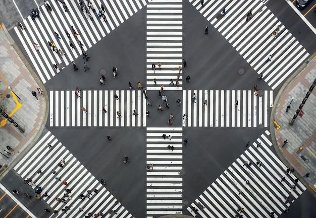 Vue de dessus de la foule des japonais indéfinis
