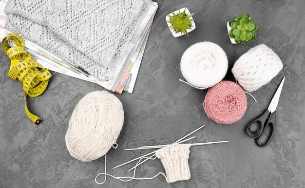 Vue de dessus des fournitures de crochet