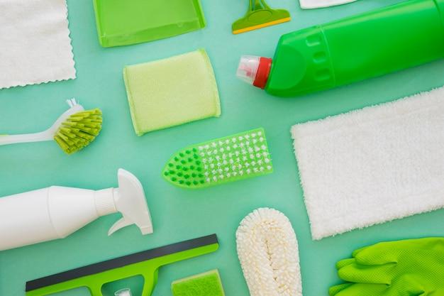 Vue de dessus des fournitures de désinfection sur la table