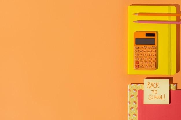Vue de dessus des fournitures scolaires sur l'assortiment de table