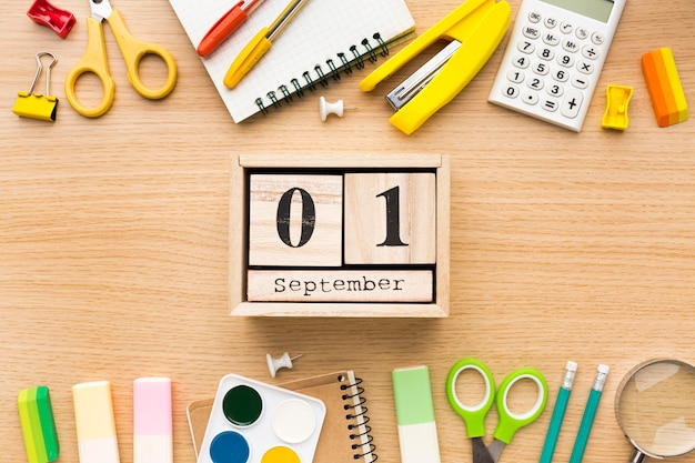 Vue de dessus des fournitures scolaires avec calendrier et crayons