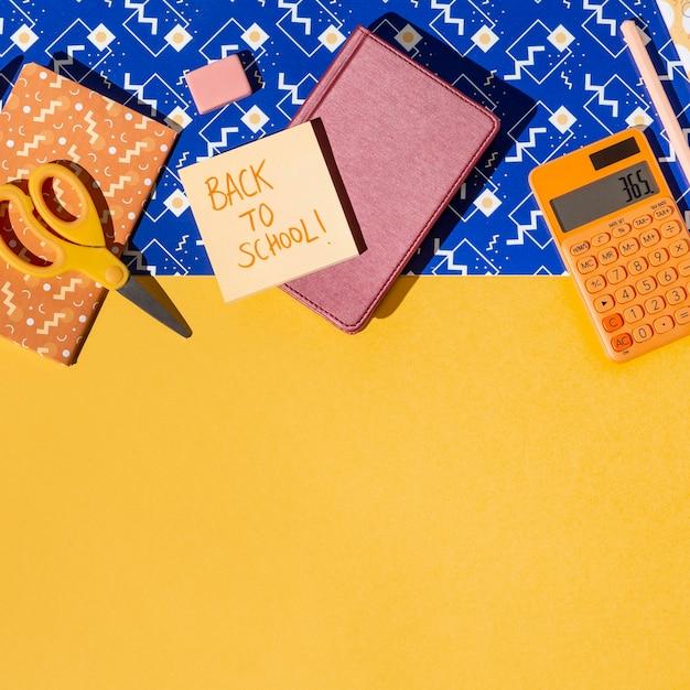 Vue de dessus des fournitures scolaires sur la composition de la table