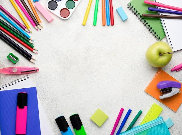 Vue de dessus des fournitures scolaires avec des crayons et un espace de copie