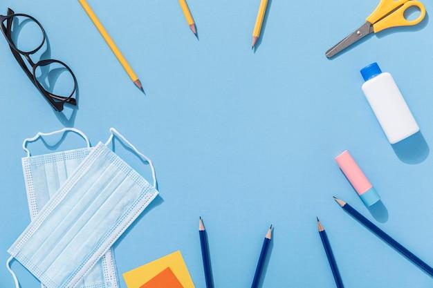 Vue de dessus des fournitures scolaires avec des crayons