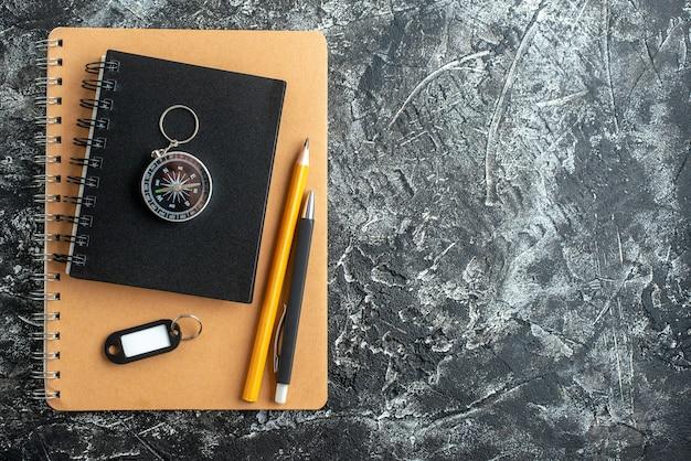 Vue de dessus des fournitures scolaires sur une surface sombre