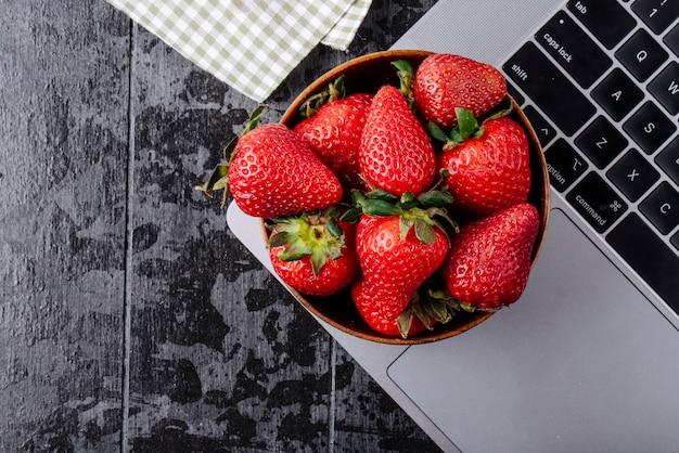Vue de dessus de fraise dans un bol sur black blackground