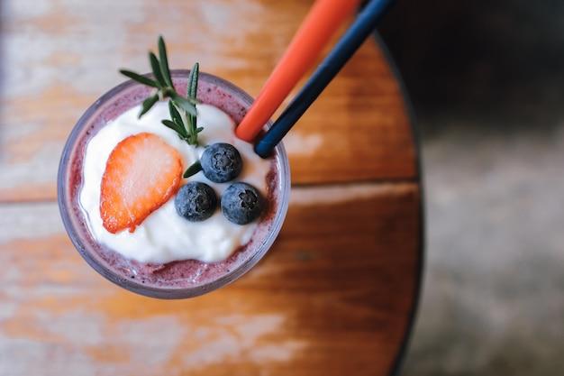 Vue de dessus de fraise et fraise smoothie aux bleuets boisson d'été sur table en bois