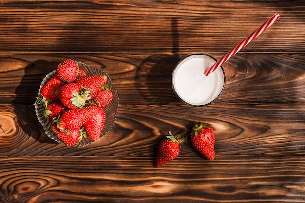 Vue de dessus des fraises sur fond de bois