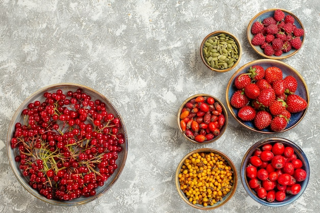 Vue de dessus fraises fraîches aux canneberges sur fond blanc