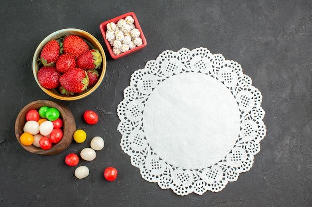Vue de dessus fraises fraîches avec des bonbons