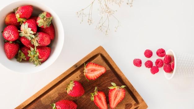 Une vue de dessus des fraises; et framboises à la fleur de gypsophila isolé sur fond blanc