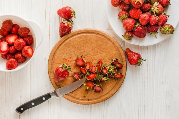Vue de dessus des fraises sur planche de bois