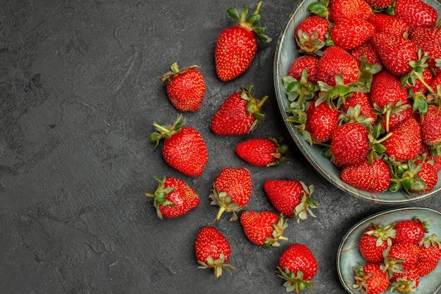 Vue de dessus des fraises rouges fraîches sur fond gris