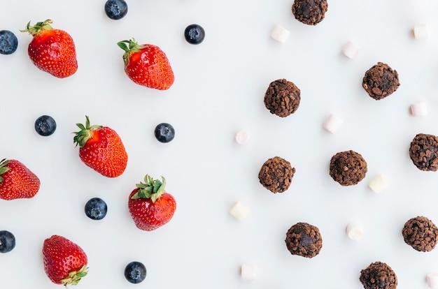 Vue de dessus fraises vs chocolats
