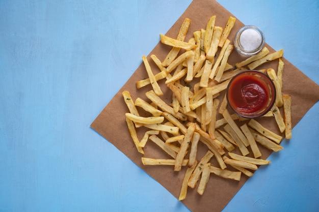 Vue de dessus des frites avec du sel et du ketchup