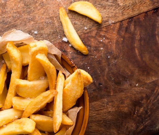 Vue de dessus des frites avec du sel