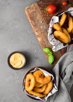 Vue de dessus des frites à la moutarde et aux tomates