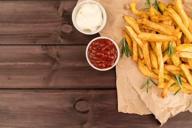 Vue de dessus des frites avec sauce sur une table en bois