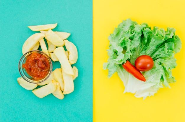 Vue de dessus frites vs légumes