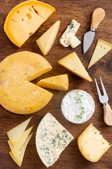 Vue de dessus fromages affinés sur une table
