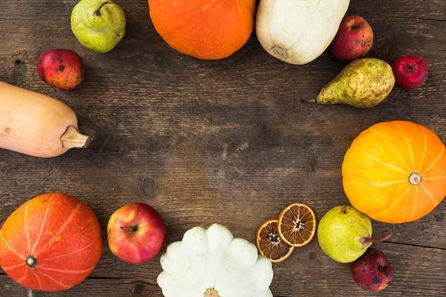 Vue de dessus avec fruits d'automne et copie