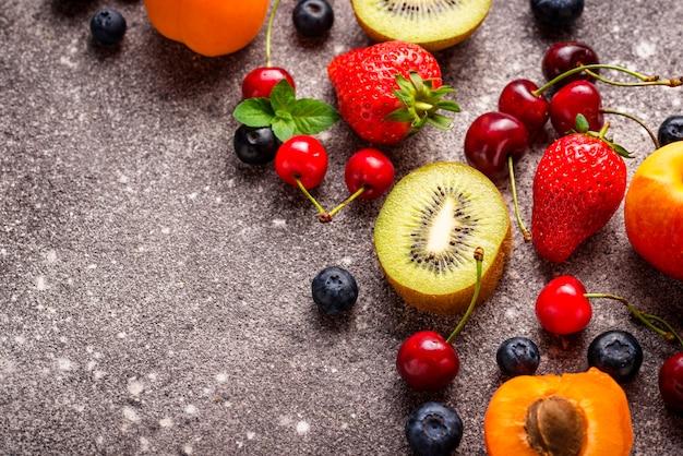 Vue de dessus de fruits et baies
