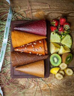 Vue de dessus fruits cônes de pastila sur planche de bois