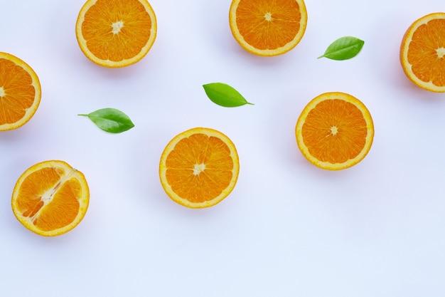 Vue de dessus des fruits et des feuilles orange