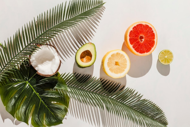 Vue de dessus des fruits sur fond blanc