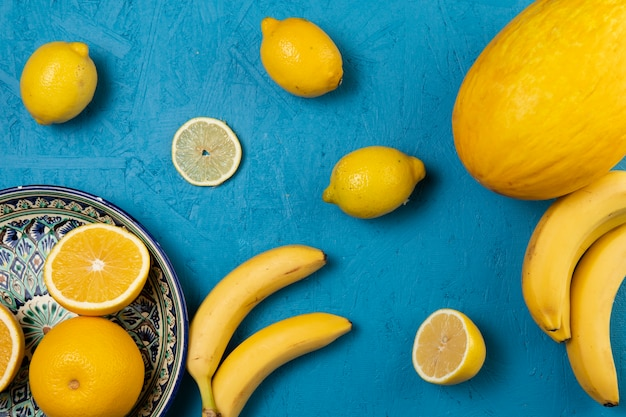 Vue de dessus de fruits sur fond bleu