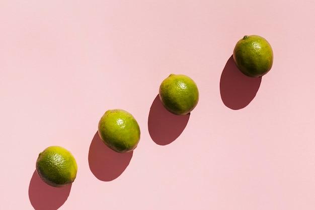 Vue de dessus des fruits sur fond rose