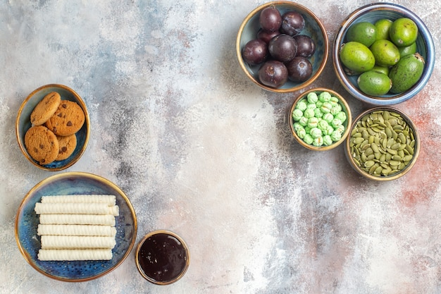 Vue de dessus des fruits frais avec des biscuits
