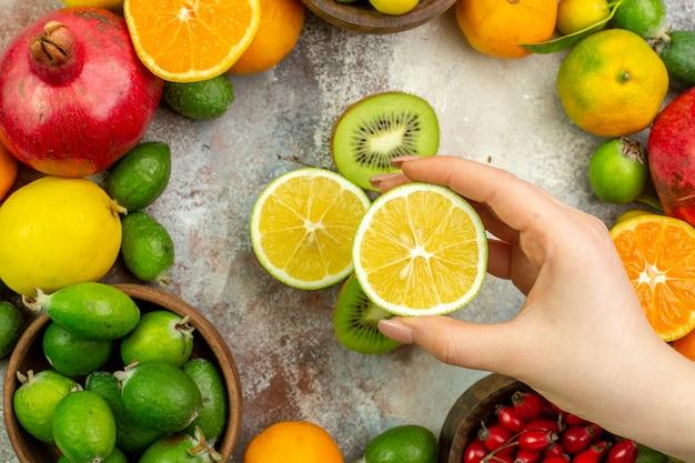 Vue de dessus fruits frais différents fruits moelleux sur fond blanc arbre de santé d'agrumes couleur baie mûre photo savoureuse