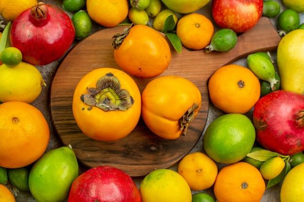 Vue de dessus fruits frais différents fruits moelleux sur fond blanc couleur alimentation savoureuse santé arbre mûr