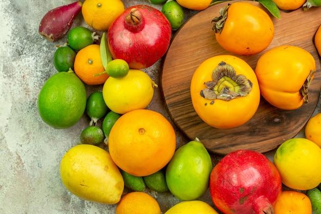 Vue de dessus fruits frais différents fruits moelleux sur fond blanc couleur baies savoureuse santé arbre mûr