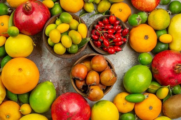 Vue de dessus fruits frais différents fruits moelleux sur fond blanc régime couleur savoureuse santé arbre mûr