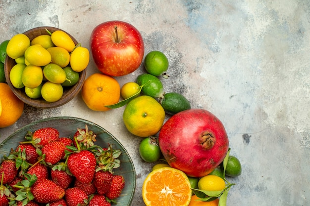 Vue de dessus fruits frais différents fruits moelleux sur fond blanc santé arbre couleur savoureuse photo berry agrumes mûrs