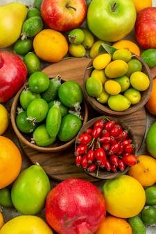 Vue de dessus des fruits frais différents fruits mûrs et moelleux sur un bureau blanc