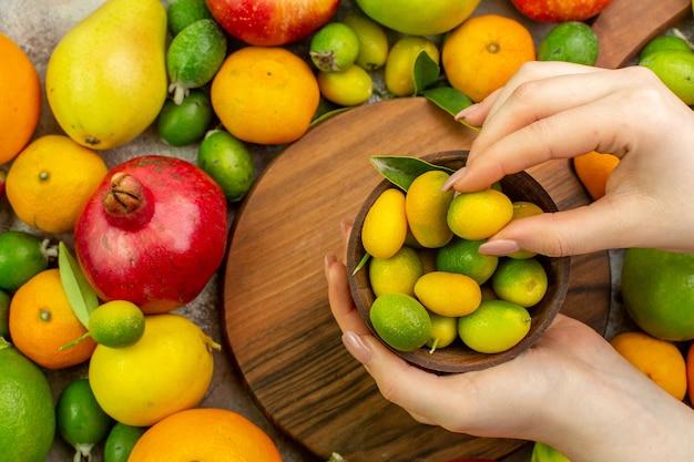 Vue de dessus des fruits frais différents fruits mûrs et moelleux sur fond blanc couleur des baies régime de santé savoureux
