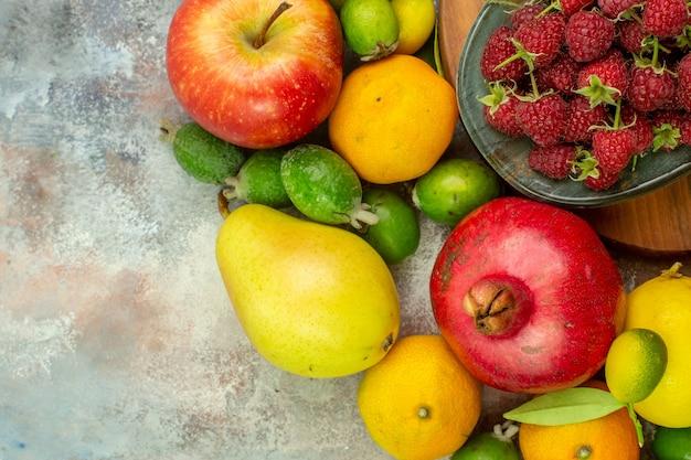 Vue de dessus des fruits frais différents fruits mûrs et moelleux sur fond blanc photo savoureuse alimentation berry santé couleur