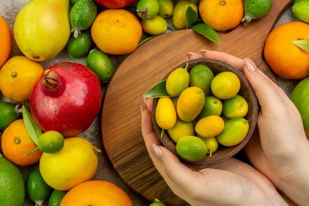 Vue de dessus des fruits frais différents fruits mûrs et moelleux sur fond blanc