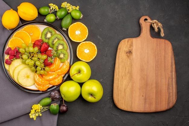 Vue de dessus fruits frais fruits mûrs et moelleux sur fond sombre fruits mûrs moelleux vitaminés frais