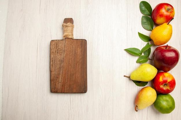 Vue de dessus fruits frais pommes et poires sur bureau blanc fruit mûr arbre couleur moelleux beaucoup de frais