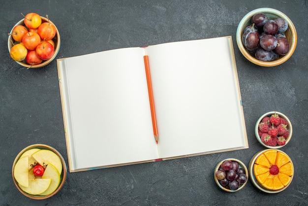 Vue de dessus fruits frais prunes pommes et autres fruits sur fond sombre santé des fruits frais mûrs et moelleux