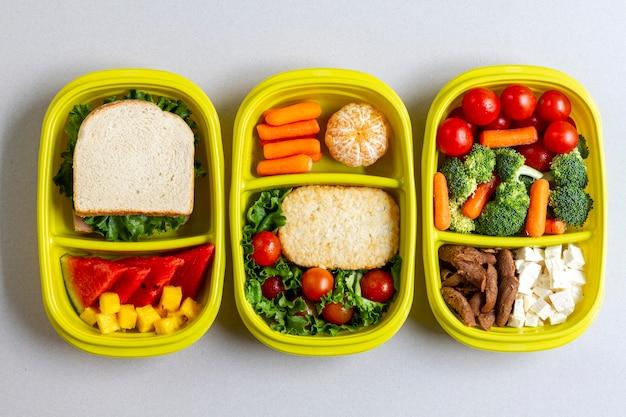 Vue de dessus fruits et légumes emballés