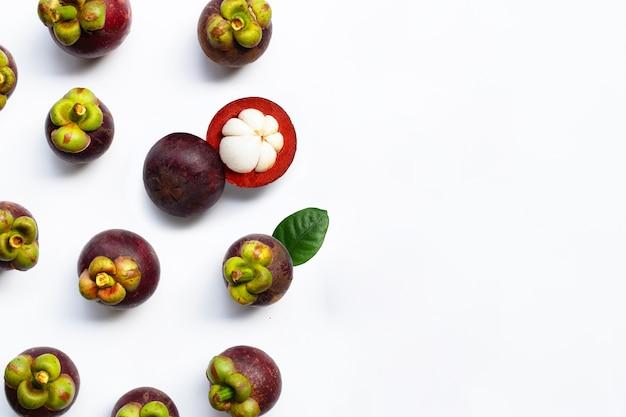 Vue de dessus sur les fruits mangoustan isolés