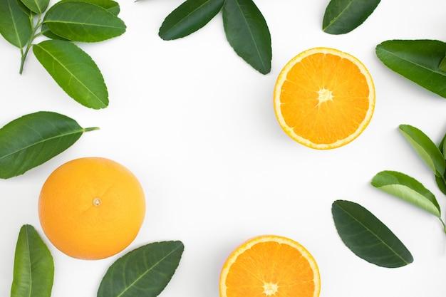 Vue de dessus des fruits orange et des feuilles isolées