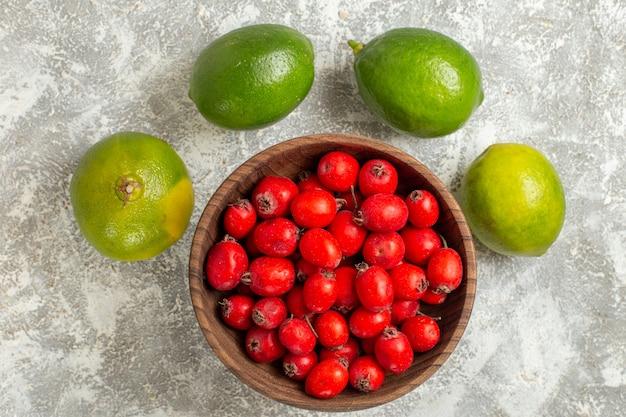 Vue de dessus fruits rouges au citron sur fond blanc