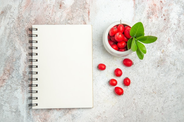 Vue de dessus fruits rouges sur blanc bureau berry fruits rouges