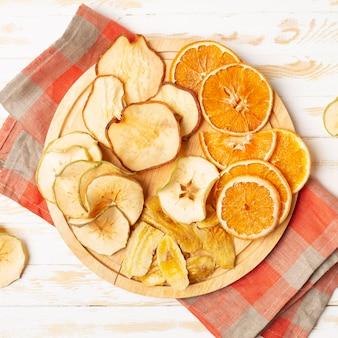 Vue de dessus des fruits secs sur plaque